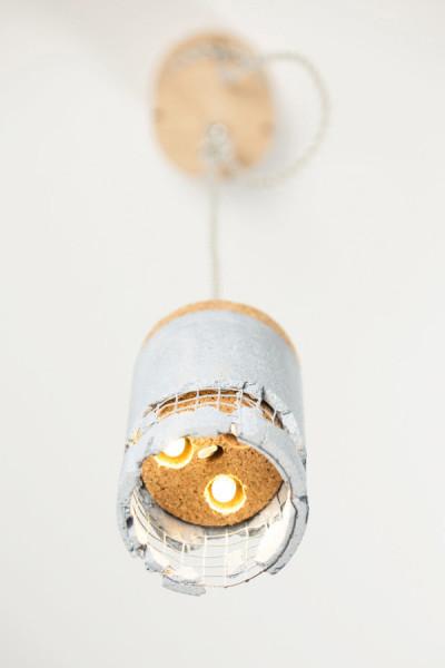 Необычный дизайн подвесной лампы из железобетона, пробки и березовой фанеры.