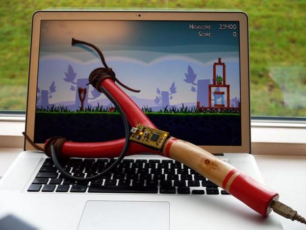 Контроллер-рогатка для игры в Angry Birds