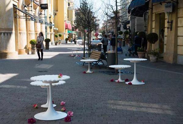 Столы в виде цветов от Patrizia Pozzi.