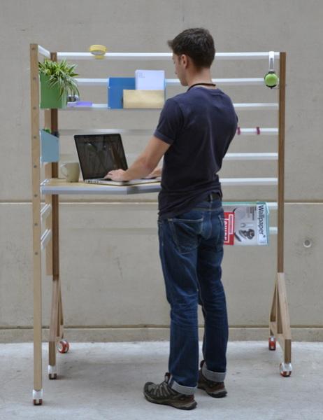 Работать за столом можно даже стоя.
