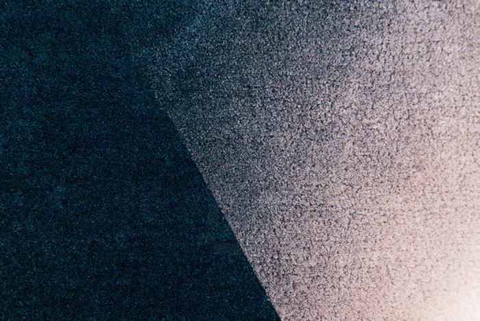 Коврик, который выглядит как объемный геометрический объект.