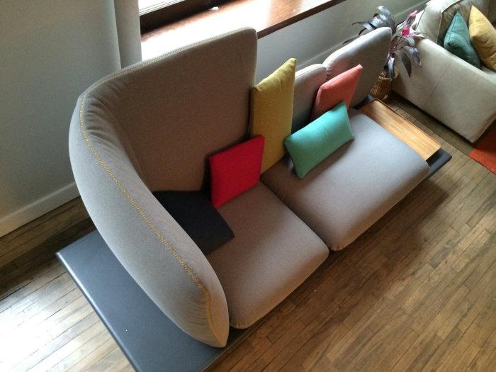 Красочный мягкий диван для дома.