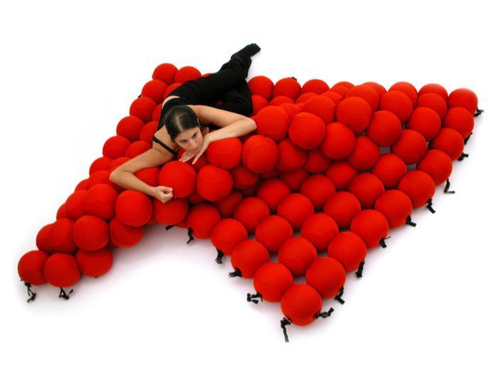 Кровать из 120 мягких шаров.