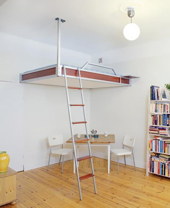 Подвесная кровать - оптимальное решение для маленькой комнаты.