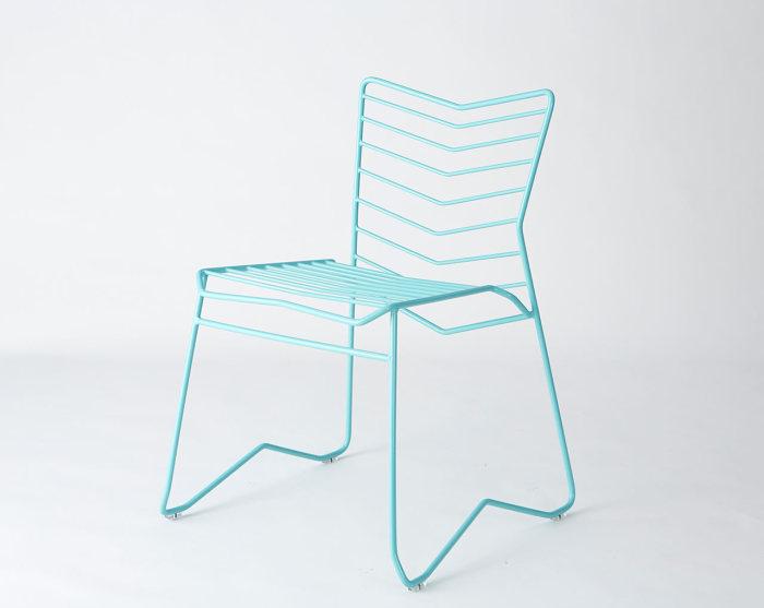 Оригинальный дизайн стула в виде фигурного металлического каркаса.