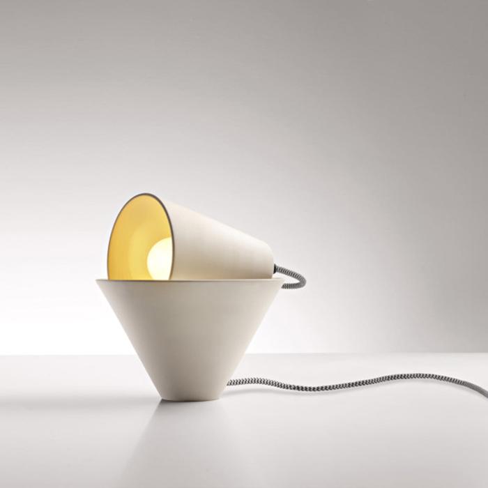 Необычные светильники в форме конусов.