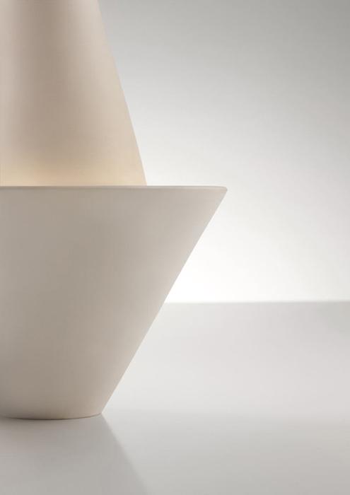 Светильник, состоящий из двух конусов.