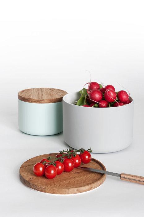 Набор керамической посуды, прилагающийся к столу.