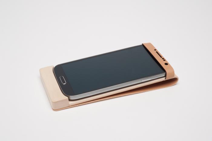 Деревянный чехол для смартфона, выполняющий функцию беспроводного зарядного устройства.