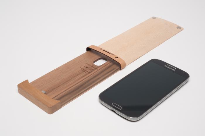 Стильный чехол от компании Oree, выполненный из дерева и кожи.