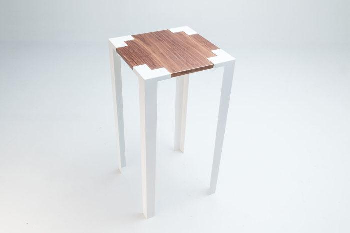 Маленький стол на высоких ножках от компании Soapbox.