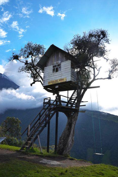 Испанский домик на дереве в городе Банос на Эквадоре.
