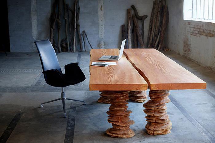 Необычный деревянный стол.