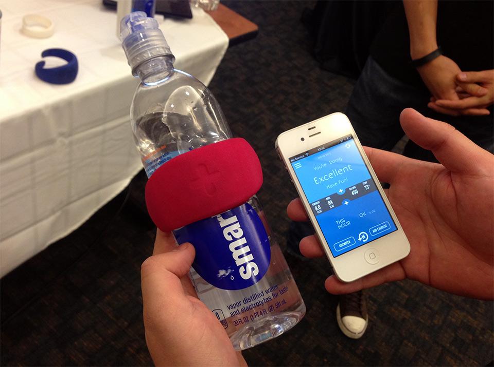Сенсор Hug помогает отследить потребление воды в течение дня