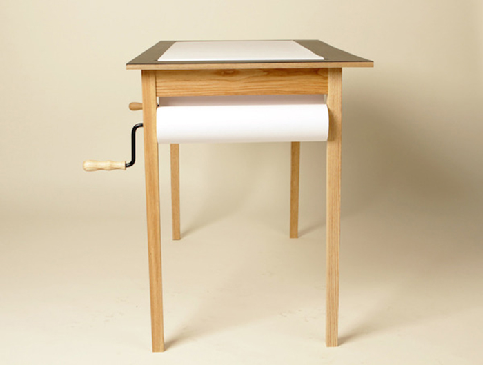 Стол с запасом бумаги в 45 метров.