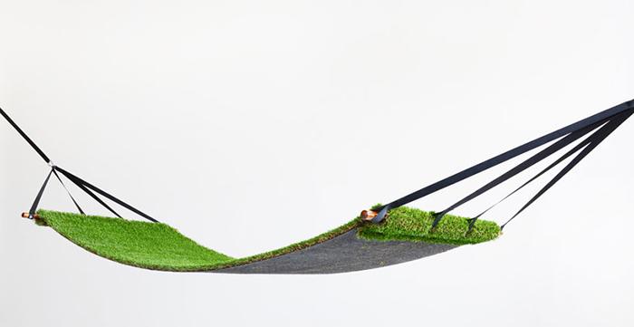 Оригинальный гамак с покрытием, имитирующим траву.