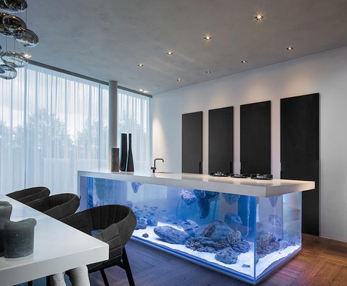 Огромный аквариум, встроенный в кухонный остров.