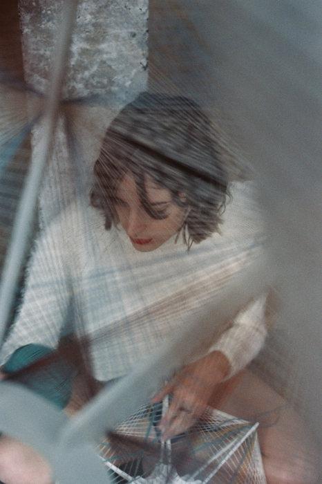 Дизайнер Джули Лэнсом (Julie Lansom) за работой над уникальным плафоном для Sputnik lamp.