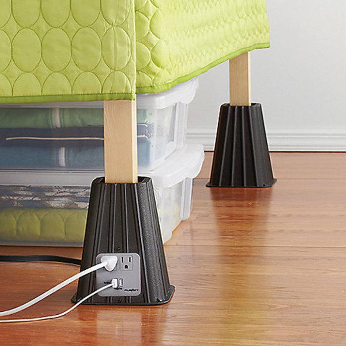 Дополнительная розетка на ножке кровати.
