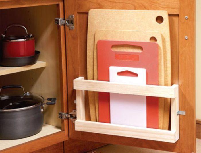 Держатель для разделочных досок внутри кухонного шкафчика.