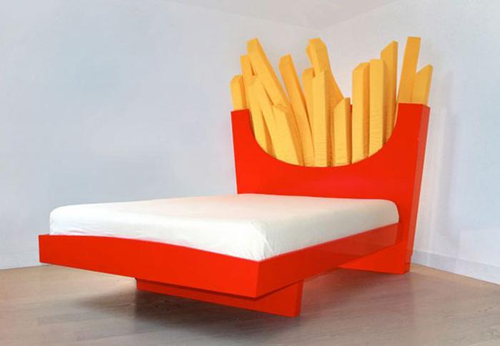 Кровать в виде пакетика с картошкой из McDonalds.