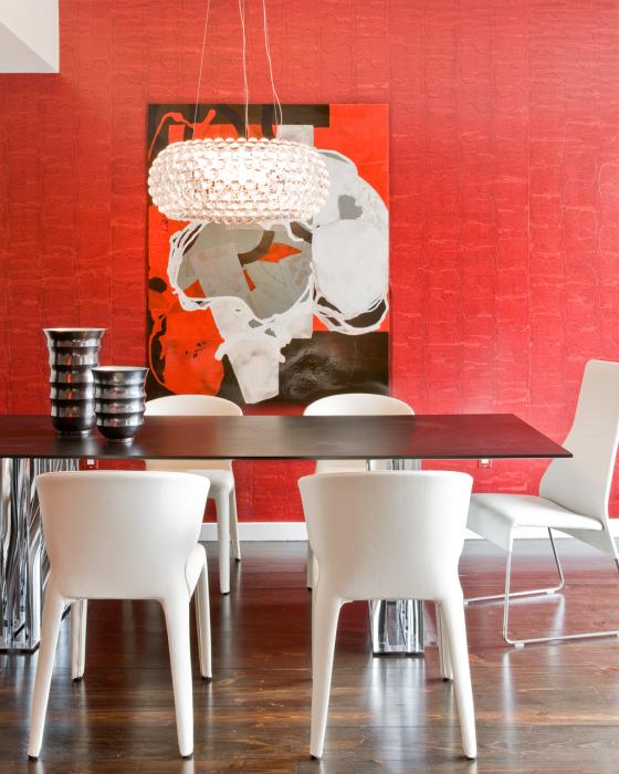 Столовая с белой мебелью и красными стенами.