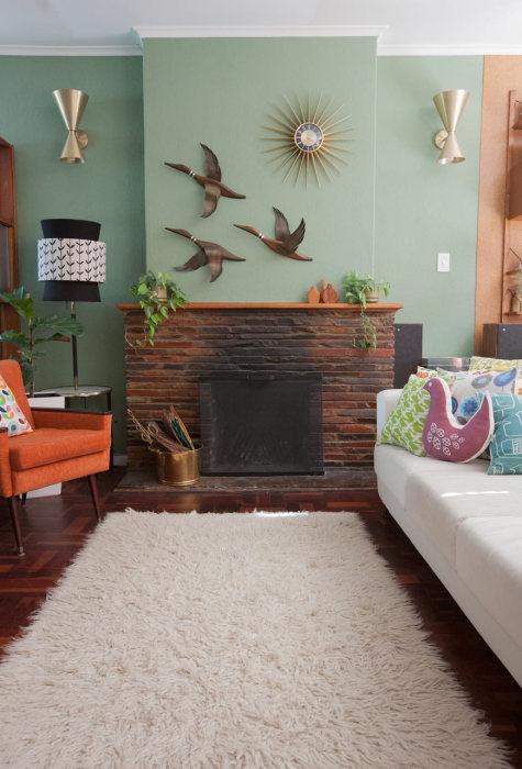 Бирюзовые стены в интерьере зала.