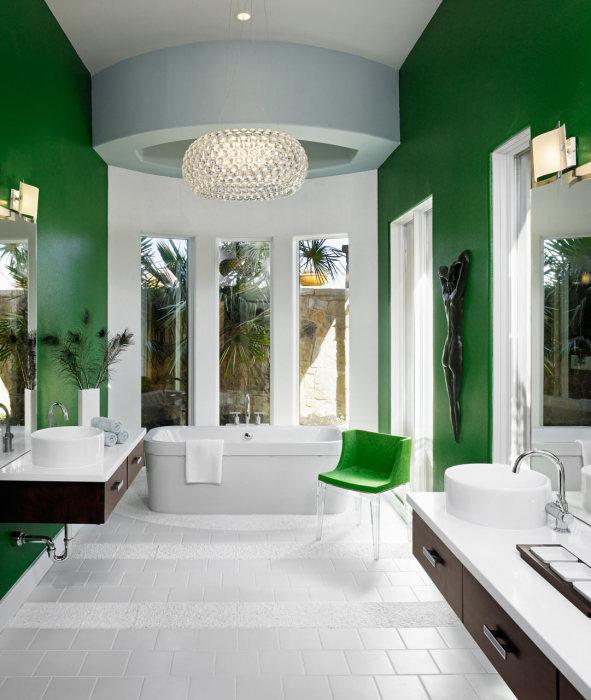 Интерьер современной ванной комнат с зелеными стенами и большим панорамным окном.