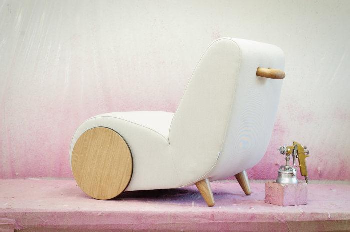 Передвижное кресло от ONEMANDU в белом варианте.