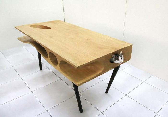 Стол для котов и их хозяев.