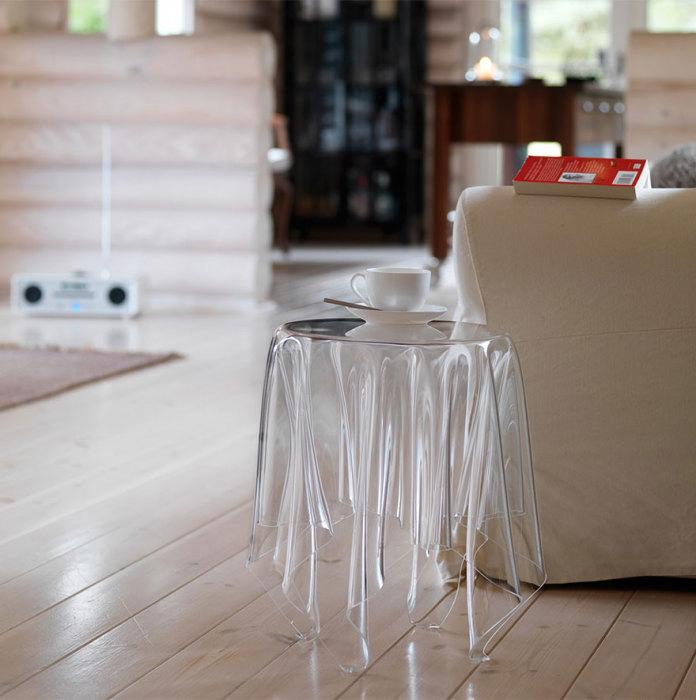 Стеклянный столик от essey.com.