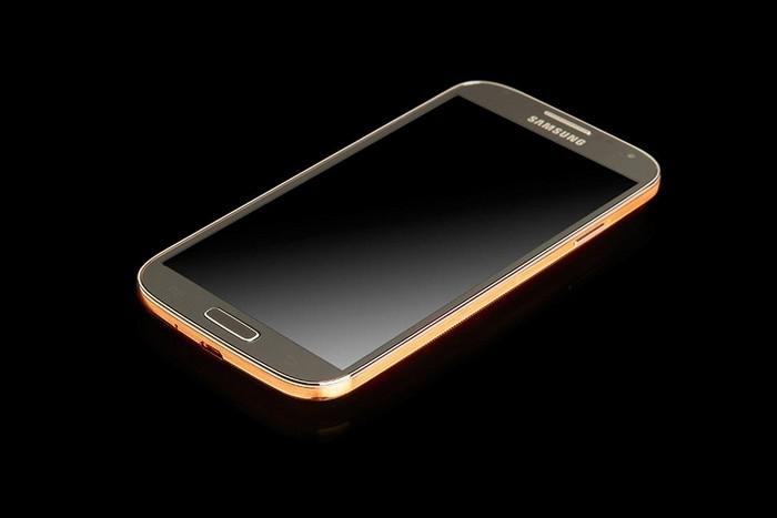 Золотой смартфон Samsung Galaxy S4