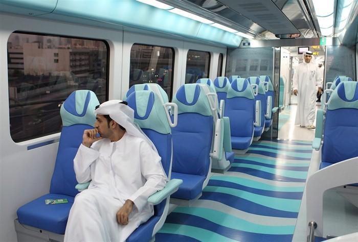 Комфортные беспилотные поезда метро в городе Дубай