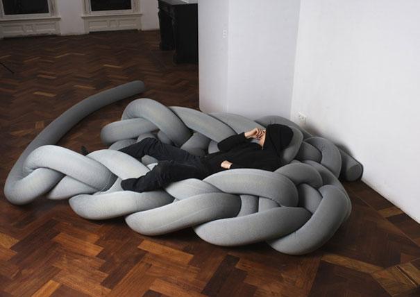 Кровать, связанная косичкой.