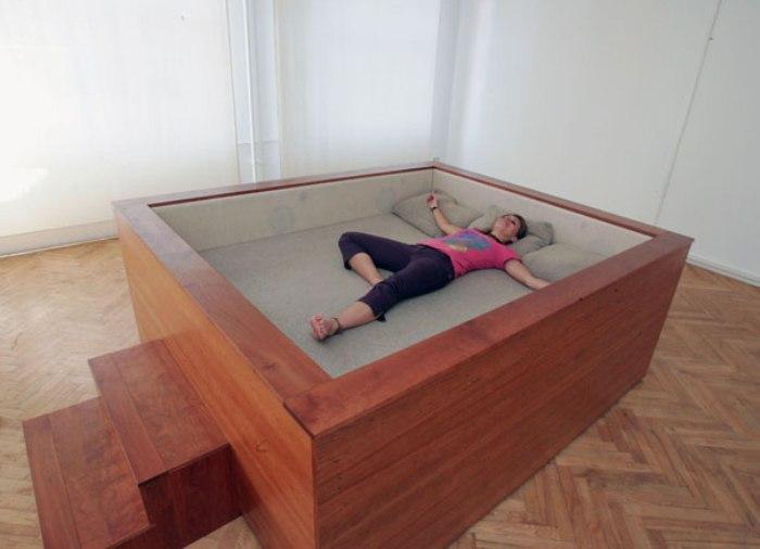 Кровать с небольшими бортиками для любителей оградиться от всего.