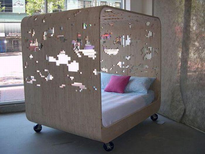 Кровать с необычными пиксельными узорами.