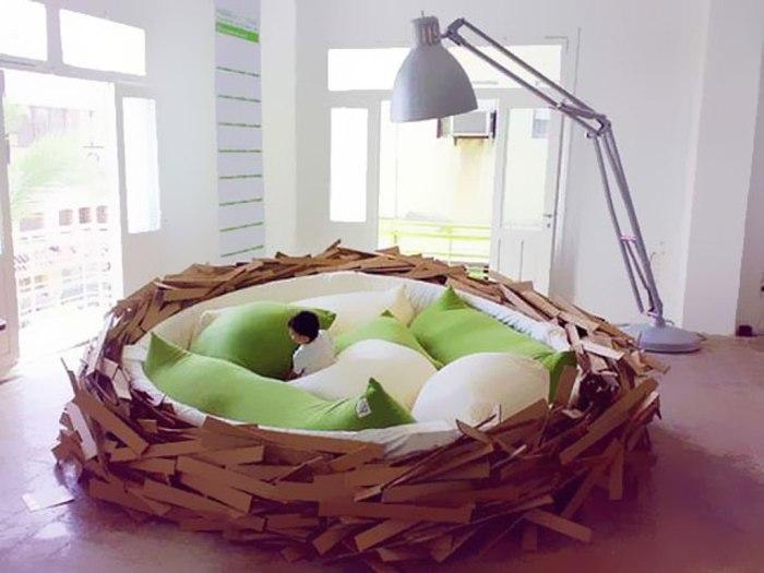 Кровать в форме птичьего гнезда.