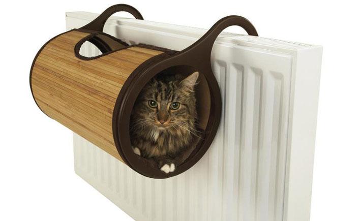 Специально оборудованная лежанка для кота, который часто мерзнет зимой