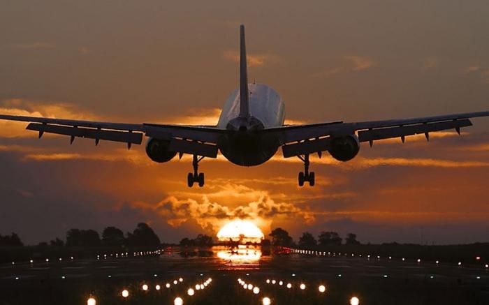 Зачем в салоне самолёта гасят свет при посадке?