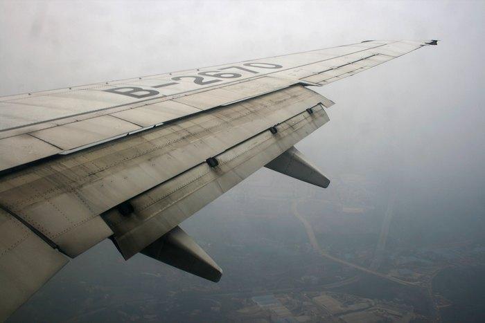 Выпущенные закрылки самолёта.
