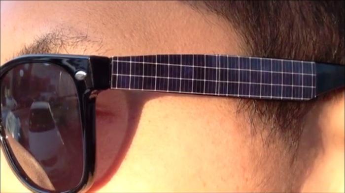 Оснащенные солнечными батареями дужки очков.