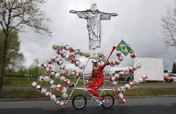 Велосипед, созданный в честь футбольного чемпионата.