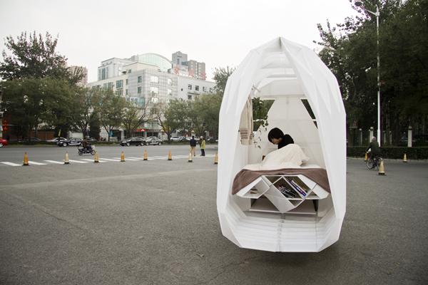 Внутреннее устройство дома. Мебель-трансформер собрана в качестве спального места.
