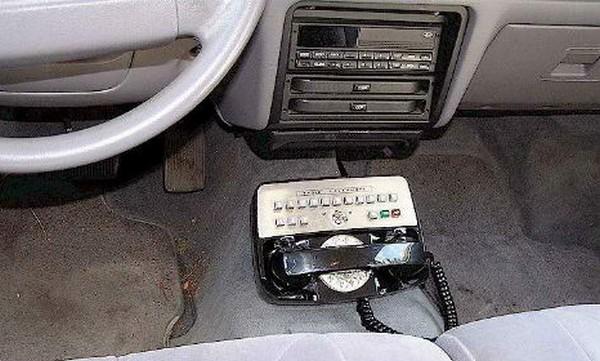 Один из первых мобильных телефонов в автомобиле