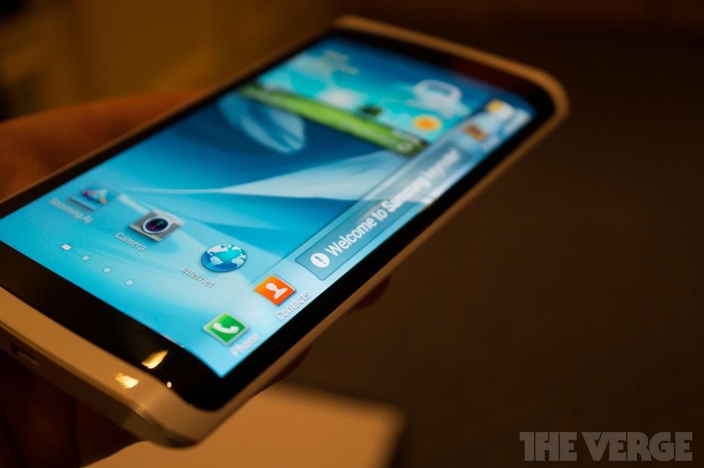 В числе сегодняшних премьер Samsung на берлинской выставке IFA 2014 была представлена концептуально интересная модель Galaxy Note Edge с растянутым на торец экраном.