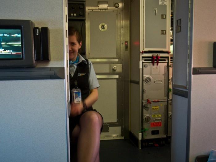 Стюардессы не выключают телефоны.