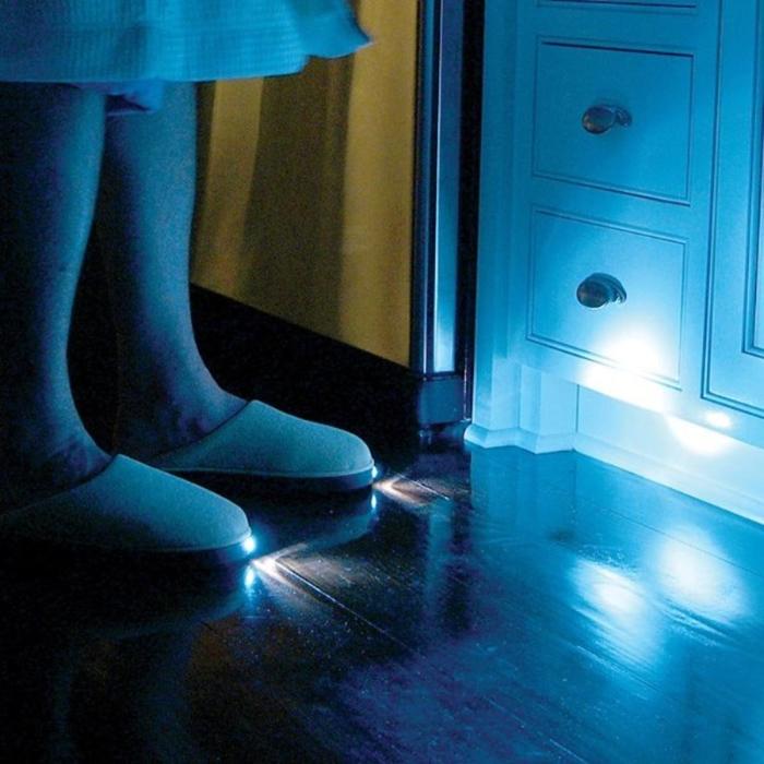 С такими тапочками будет достаточно легко передвигаться по дому не включая свет.